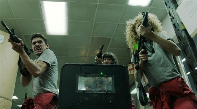 O grupo enfrenta a polícia pela última vez antes de escapar.