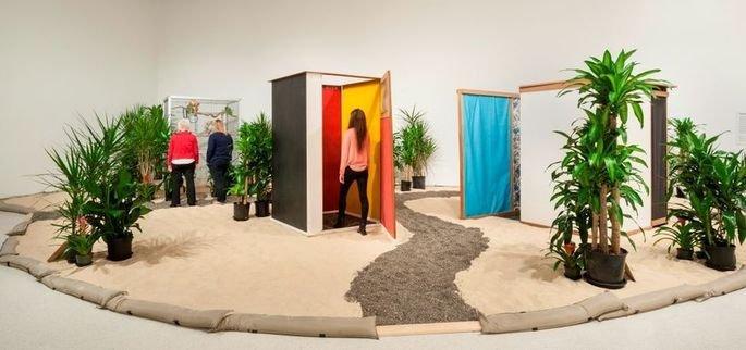 obra Tropicália, de Hélio Oiticica mostra instalação com paredes coloridas, caminhos de pedras e plaantas
