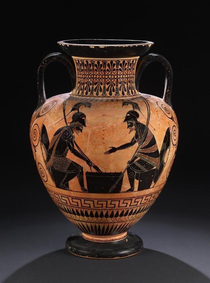 vaso grego representando figuras humanas em negro sobre fundo em vermelho