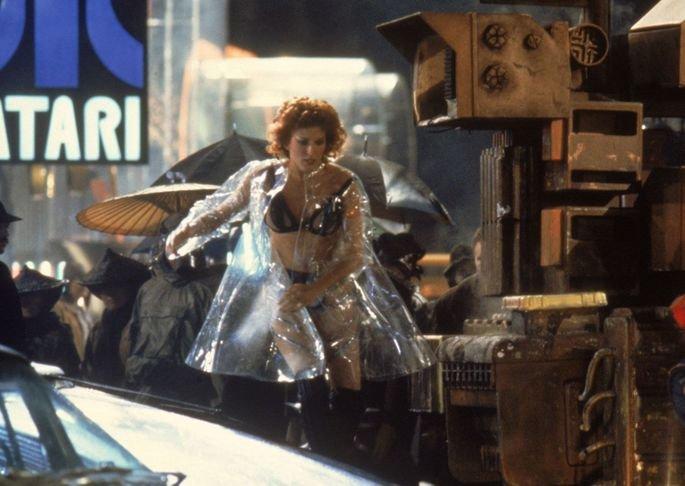 Zhora em Blade Runner corre na rua com capa de chuva transparente